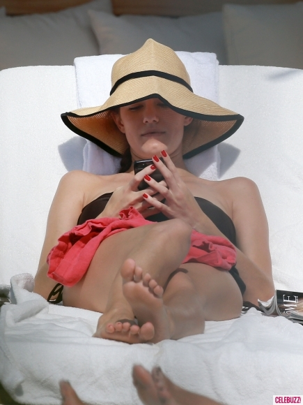 Girls-Star-Allison-Williams-Bikinis-in-Miami-4-435x580